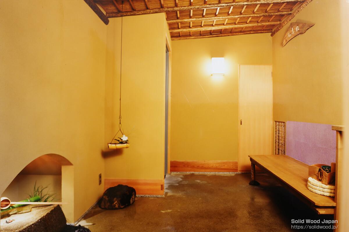 ビル内茶室の玄関(客を迎えるにあたり香を焚き、水打ちがなされています。)