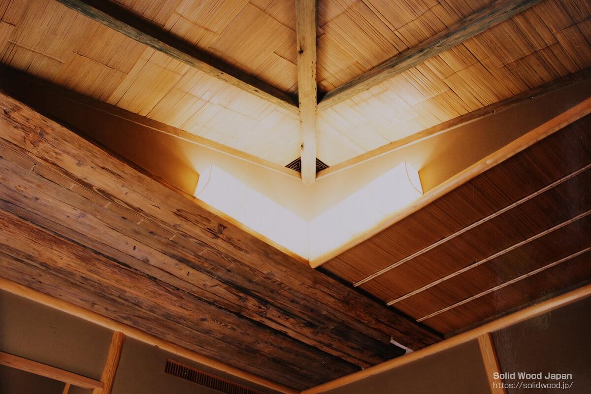 茶室天井に川船の朽ちた底板をあしらった例