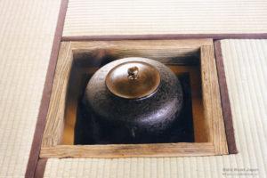 「No3」の部材(水車の図参照)から制作された水車の炉縁
