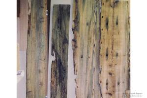 虫喰い跡が残る水車板、船材の古材
