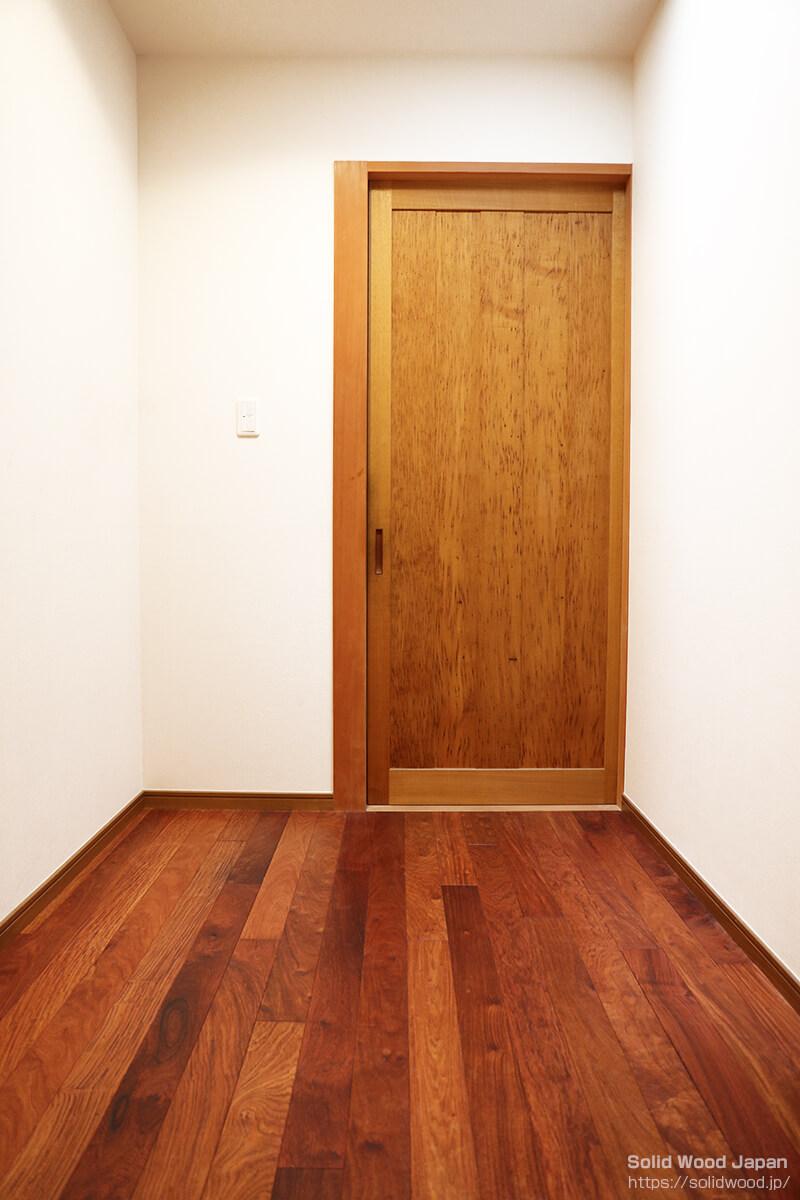 栗(くり)の板全体に虫喰いがある珍しい材を活用して造られた扉