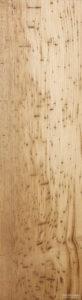 写真⑪:栗(くり)の板全体に虫喰いがある珍しい材
