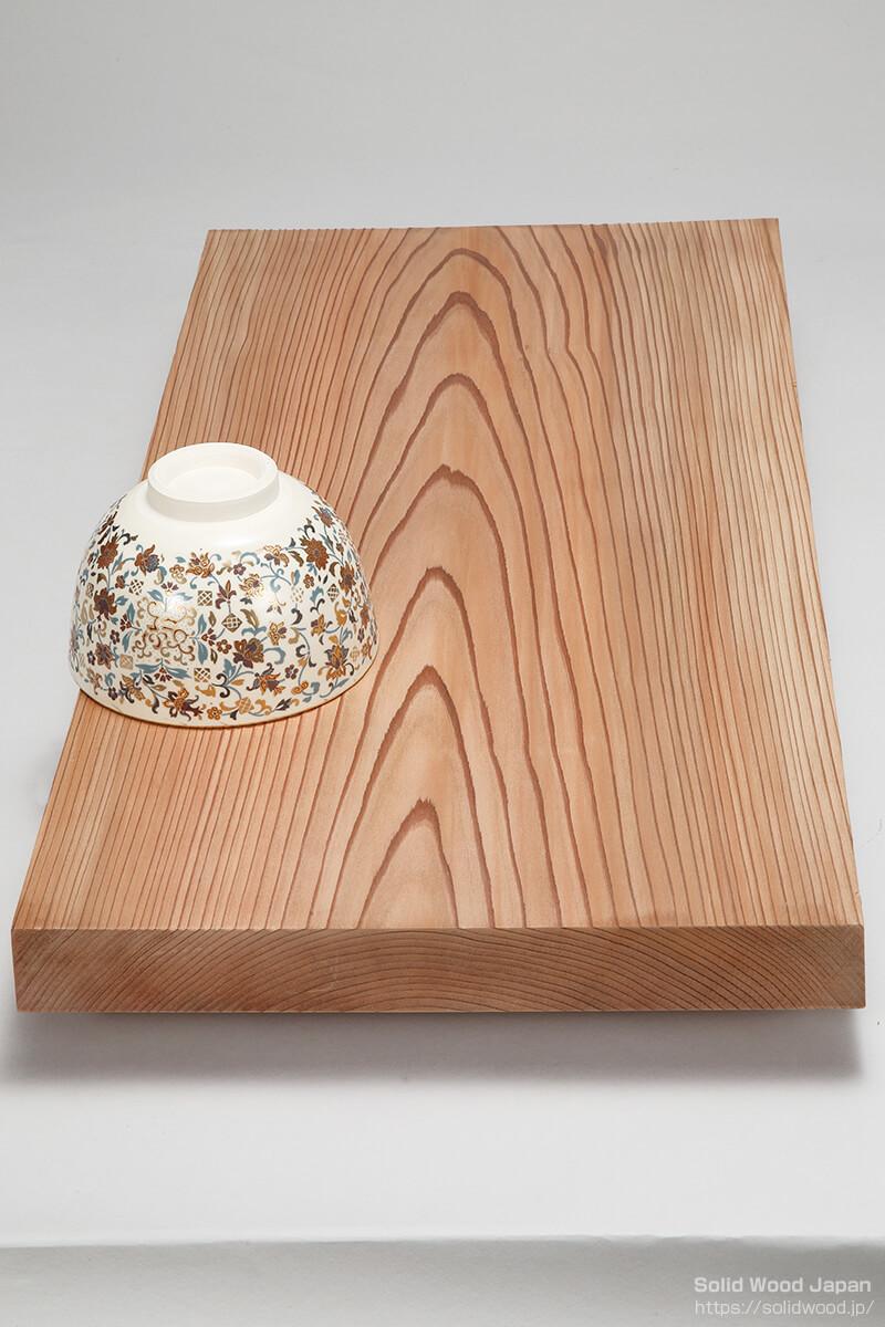 木表(きおもて)で茶碗を伏せています。