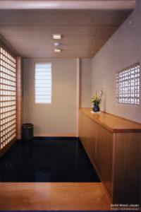 唐松(落葉松)尽くしのビル内茶室の玄関