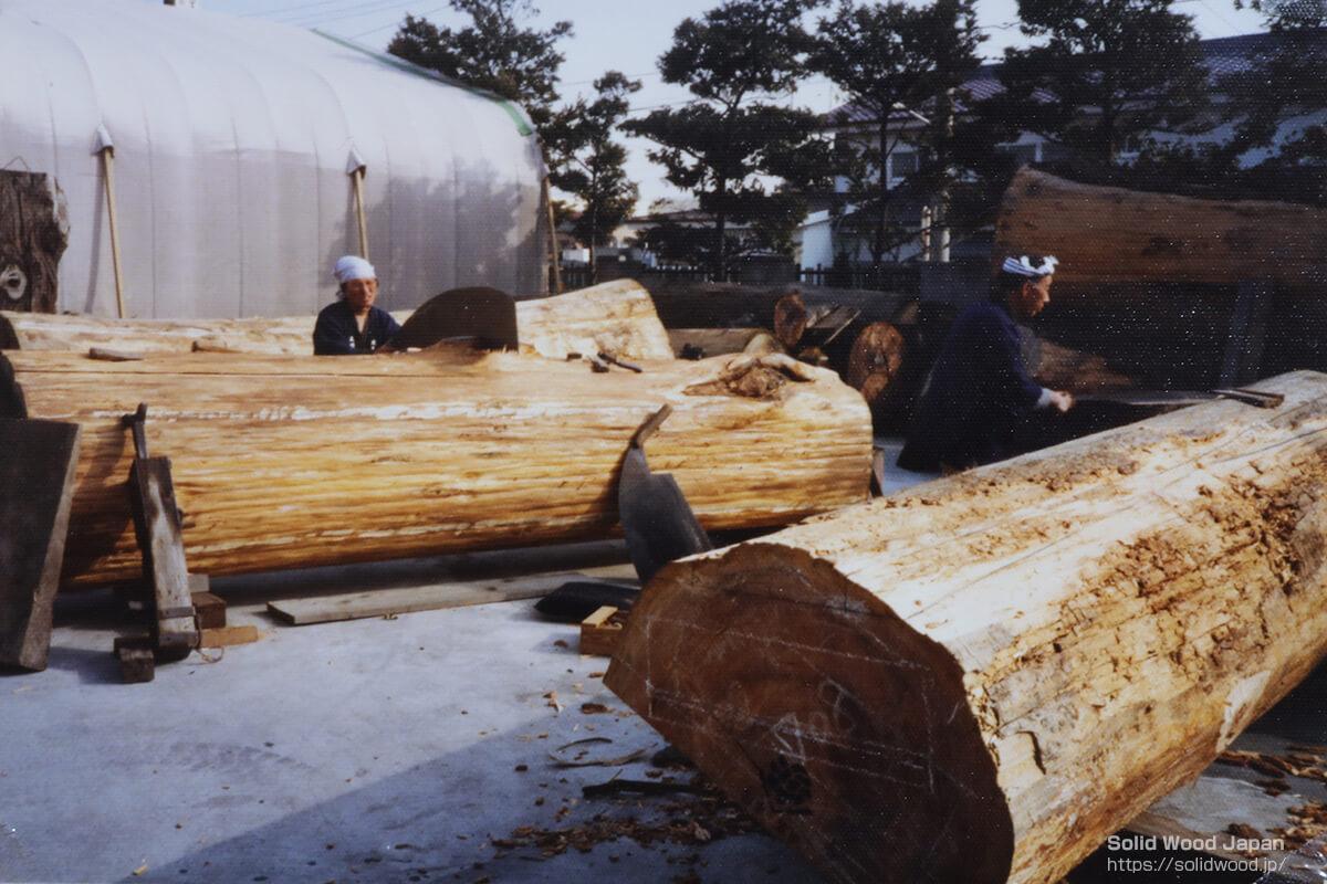 杉皮すべてを取り去った原木