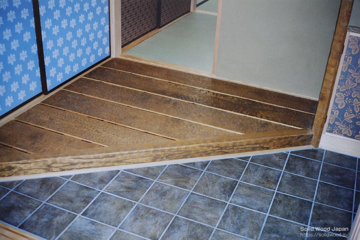 別荘の玄関入口に敷き込んだ中巾の栗材(同材の上り框(カマチ)の名栗材)