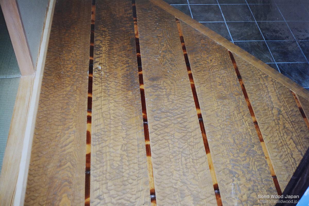別荘の玄関入口に敷き込んだ中巾の栗材(同材の上り框(カマチ)の名栗材)【拡大写真】