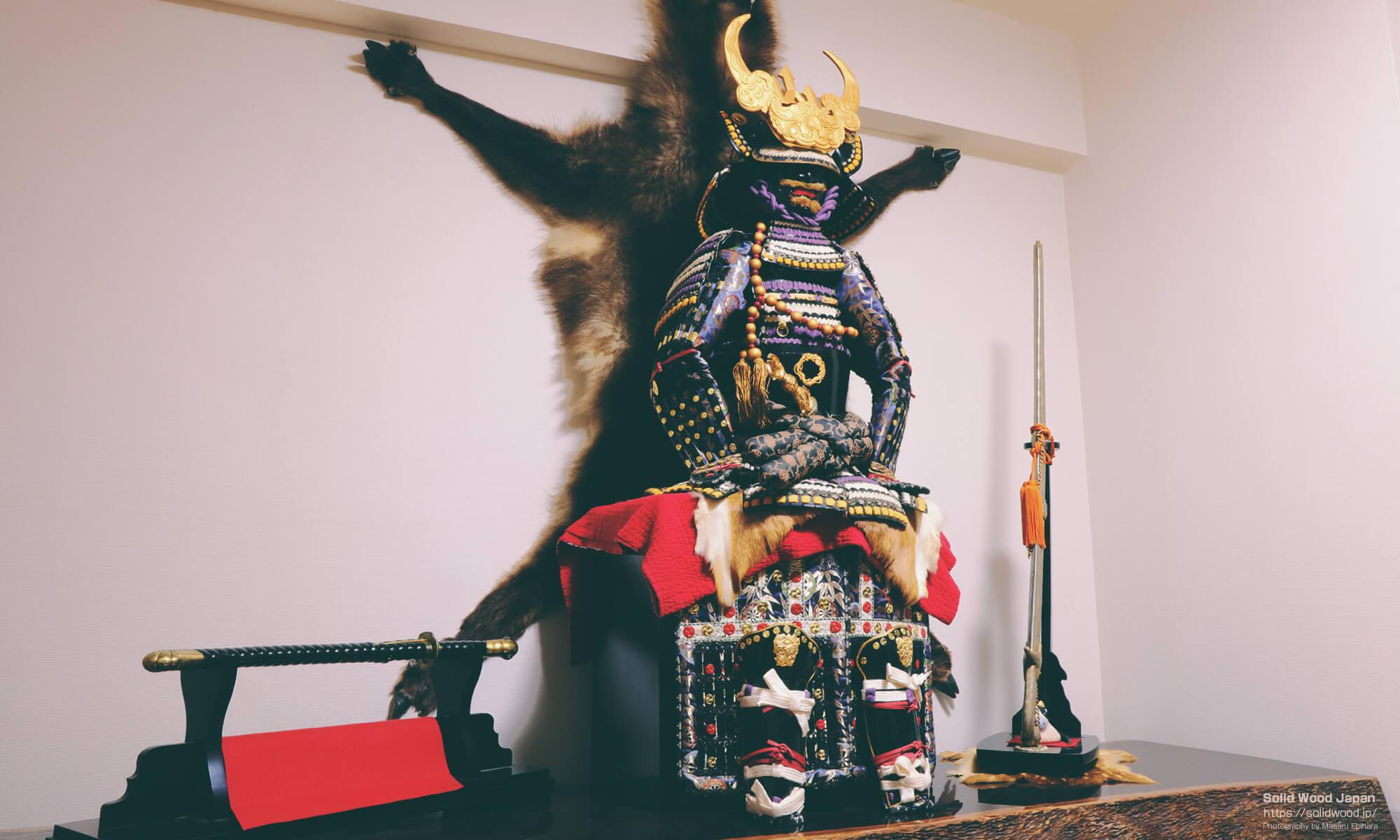 初めて手にした一枚板の上に配置している甲冑と日本刀